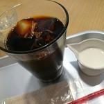 37304498 - 有機栽培 水だしハンドドリップアイスコーヒー 450円税込   ドーナツとセットで50円引き