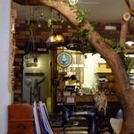 37310767 - にょっきり生えた木のある店内