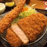 かつ敏 - 三元豚ロースカツ(小)と海老フライ定食 1770円 キャベツ、ご飯、汁物お代わり自由なのは嬉しいけどお新香つけてほしい…