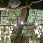 海物語 - 天井から泡盛の瓶がぶら下がっています