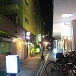 バー コパン - オレンジ通りより入る小さな飲食店通りにあります。