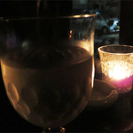 バー コパン - 店内はかなり暗いです。 テーブル席はキャンドルライトひとつです。