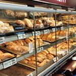 37328061 - オリジナルのパンは、どれもリーズナブル