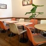Fruit Cafe Saita!Saita! - フルーツカフェらしい、ポップな店内