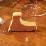 37330794 - 浅草寺屋台で見つけた、木彫りのアシカ!