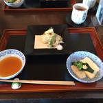 37331302 - お豆腐の天婦羅にはチーズをサンド。右は湯豆腐。
