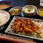やよい食堂 - 日替わり定食、チキンのピリ辛炒め。