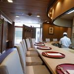 日本料理 櫻川 - 湾曲したカウンター