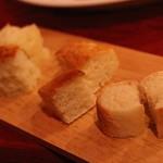 リオス ボングスタイオ - 自家製パン3種 玉葱のパン、フォカッチャ、バゲット風のもの