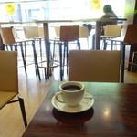 カフェプリモ - 鯉城通りに面した明るい店内