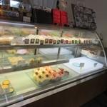 甘いさくらんぼ - お店はあら?こんなところにケーキ屋さんがって感じの所にありますが店内には美味しそうなケーキが並んでました。