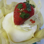 甘いさくらんぼ - はるちゃんのほっぺ310円、救肥の中にバナナソース・スポンジケーキと生クリームを包み込み苺をトッピングしたケーキです。