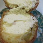 甘いさくらんぼ - 中にあっさりとした味の特製カスタードをたっぷり詰めたシュークリームです。