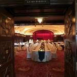 パノラミックレストラン ル・ノルマンディ - 奥に新郎新婦の御衣装が御座います。素敵