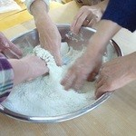 そば処 勉強屋 - そば粉に少しずつ水を加え混ぜていきます