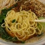 一龍 - 中太麺縮れアップ