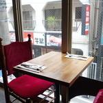 Petit Debút - 窓際のテーブル席
