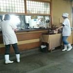 鶴喜 - 厨房の中には3名、フロアには3名が目まぐるしいほどに動く