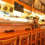 海鮮 bar isoichi - カウンター前には本日のタパスなどが並び、どれを食べようか目移りするほど。