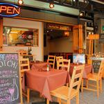 海鮮 bar isoichi - 風が心地良いシーズンにはオープンエアで。最大25名様のパーティーにご利用いただけます。