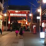 海鮮 bar isoichi - 店の前から境内に続く路地