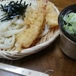 鶴喜 - ツルツル輝くうどん。一本一本、薄いフィルムに包まれた割り箸には『鶴喜』の焼き印が洒落ている。