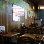 三陽 - 店内も昭和の雰囲気満載、椅子やテーブルもステキです。