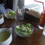37377265 - 新鮮なサラダとあっさりスープ