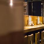 きんぼし - 店内(左は仕切りとなっている暖簾)