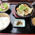 嘘の三八 - もつキャべランチ680円。ご飯・味噌汁・サラダ・香の物が付いてます。ご飯はお代わり無料です。