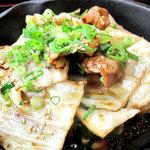 嘘の三八 - ホルモンとキャベツの鉄板焼きです。タレは醤油風味っぽい味噌ダレです。
