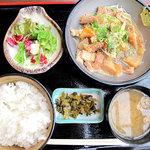 嘘の三八 - こっちのほうがオススメ♪もつ煮込み定食680円。同じく、ご飯・味噌汁・サラダ・香の物が付いてます。