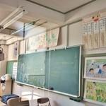 くもべ - ガラス越しに教室の中を拝見