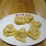 大阪王将 - その後は水餃子に衣を付けて揚げた、水餃子天ぷらが運ばれ 水餃子ならではのモチモチ感は揚げても消えず、個人的にはもう少し衣が固かったらいいなと思いつつ