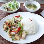 スリーシーズンズ - 日替わりランチ(800円)の白身魚の唐辛子炒めかけごはん(パッチャープラーラーカーオ)とサラダとスープ