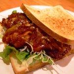 キャプテンぶぅひぃず - 「チーケチャトースト」人気のチーズ&ケチャップをトーストでサンド!