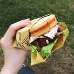プチ・アンジュ 国立 - 照り焼きチキンサンド。ふわふわのラウンドパンにごぼうサラダも挟まっています。