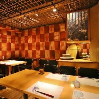 お寿司屋だがカジュアル♪店内は広々落ち着ける空間。
