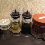 37407291 - 2015.4.27 テーブルの上に置かれた調味料。左から、山椒、酢、タレ、鷹の爪