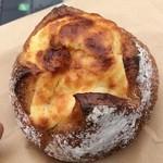 37407822 - フロマージュ プリューノ。胡桃を練り込んだ生地の中にクリームチーズ、プルーンを仕込んだ一品。完成度は極めて高いです。