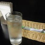 コチンニヴァース - 卓上の様子とお水