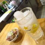 お値段以上の大衆酒場 大鶴見食堂 - 名物の大鶴見生レモン酎ハイ420円