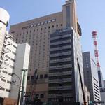 大戸屋 - 手前が相鉄フレッサイン、奥は第一ホテル東京