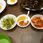 宙 SORA 韓国家庭料理&焼肉 - サムギョプサルの薬味・・ニンニクも有ります。