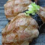 万葉 - 氷見牛の炙り寿司 2貫 \840(税込)