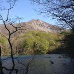 キョロロ - 十二湖のひとつ「鶏頭場の池」の入口にあります。奥に見えるのは崩山(標高940m)