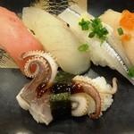 37422805 - 魚平旬彩にぎり盛り800円(税別)