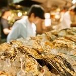 マリスコ - 牡蠣カウンターには国内外の牡蠣がずらりと並びます。