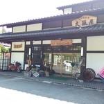大阪屋 - 店の前には荷車の車輪などが・・