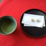十二湖庵 - 「長寿の水」で淹れたお茶とお茶請け。